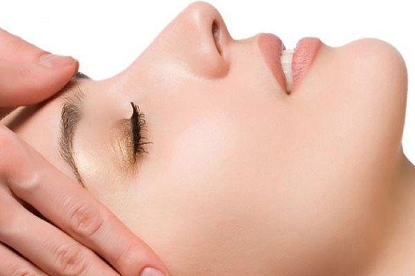 visitando masaje facial
